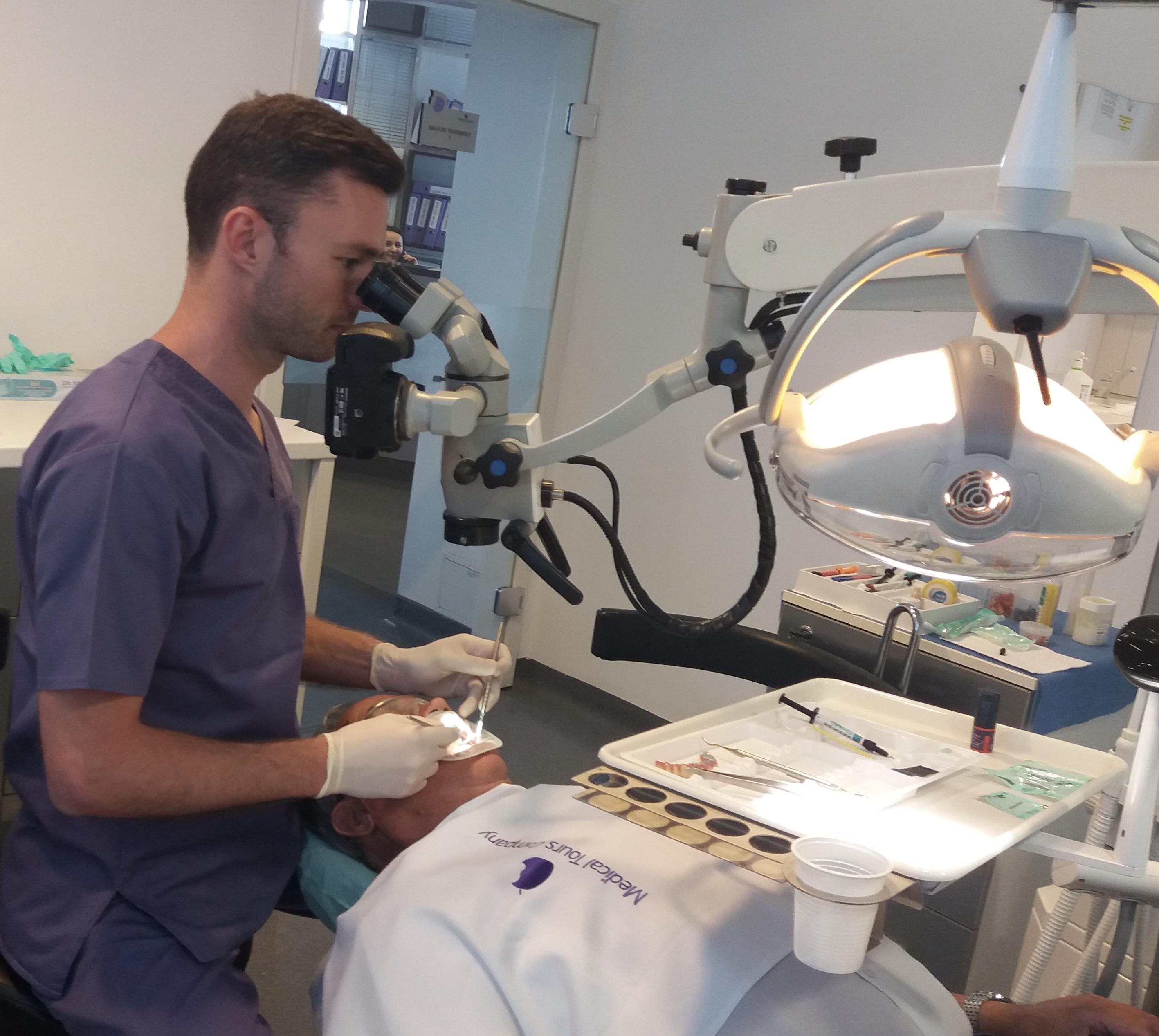 Tratamente dentare la microscop